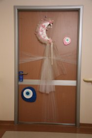 Naẓar eyes on a Turkish hospital door of a newborn baby.