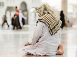 muslim-man-praying-masjid-alone